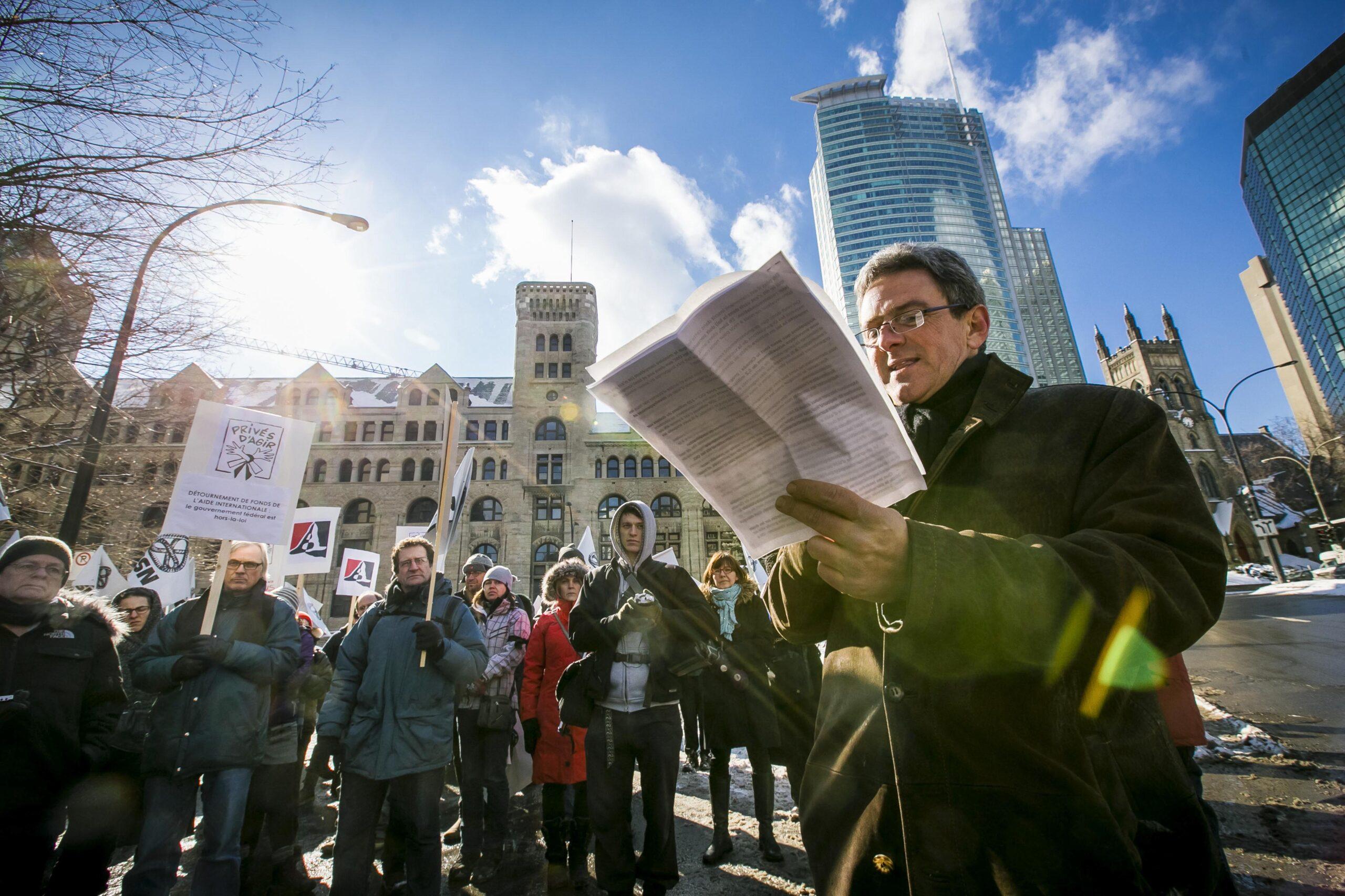 Marco Labrie, directeur CSI-Sherbrooke lors sa fervente allocution; Crédit photo : Carrefour de solidarité internationale par Jocelyn Riendeau