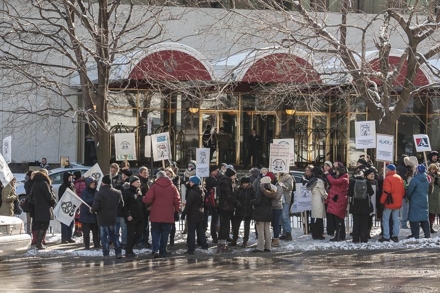 Manifestation devant l'hôtel Marriott Château Champlain où le ministre du Commerce international donnait une conférence, crédit photo:Michel Giroux, CSN