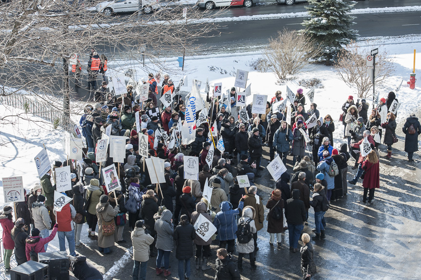 Près de deux cent cinquante personnes ont manifesté pour dénoncer le détournement de fonds de l'aide internationale, crédit photo: Michel Giroux, CSN