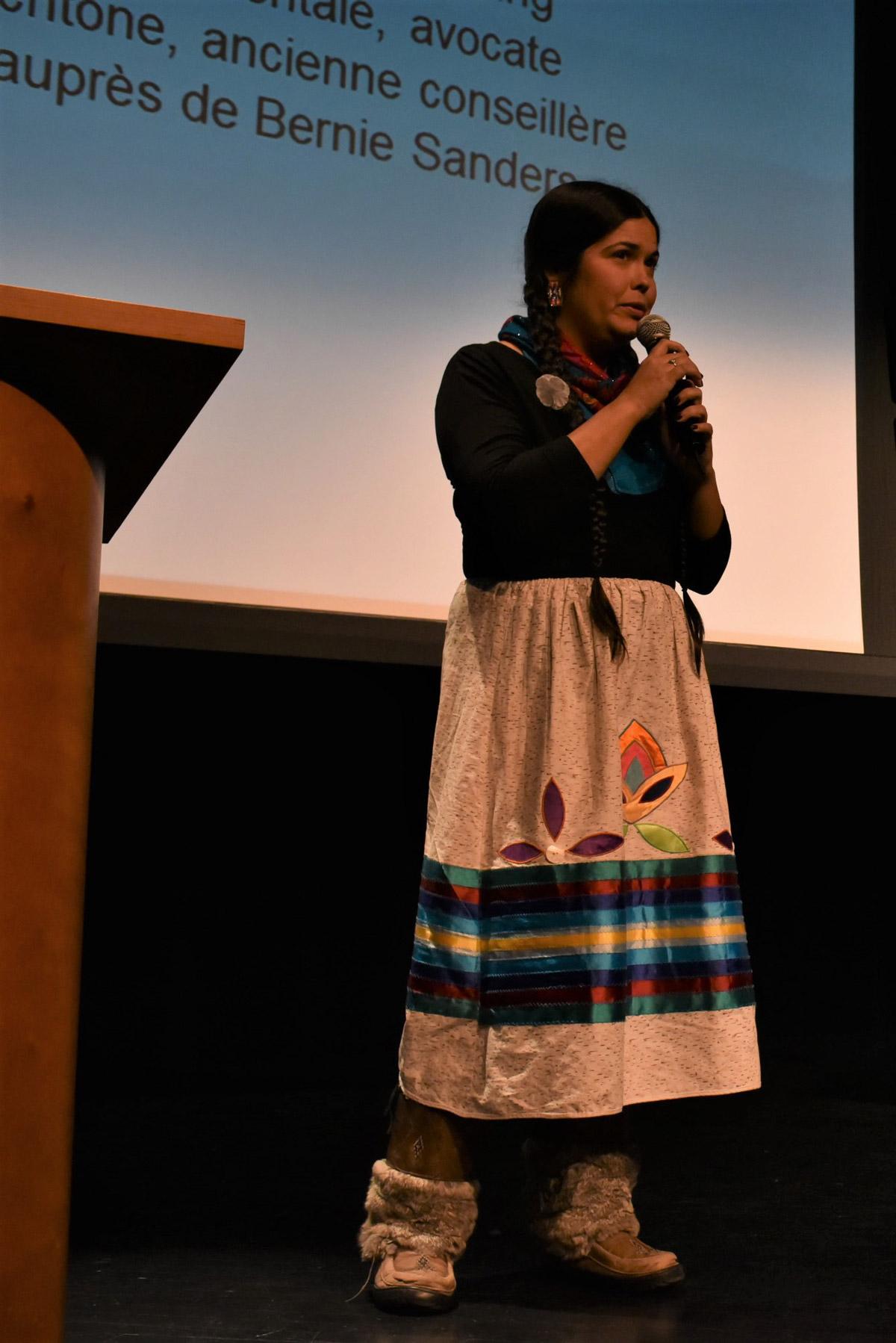 Tara Houska, Première nation de Couchiching Anishinaabe, est activiste environnementale, avocate en droit autochtone, fondatrice de Ginew collective, et ancienne conseillère en affaires autochtones auprès de Bernie Sanders.
